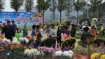 대한민국 온천대축제&산림문화박람회에서 관광객들이 국화축제장을 구경하고 있다..JPG