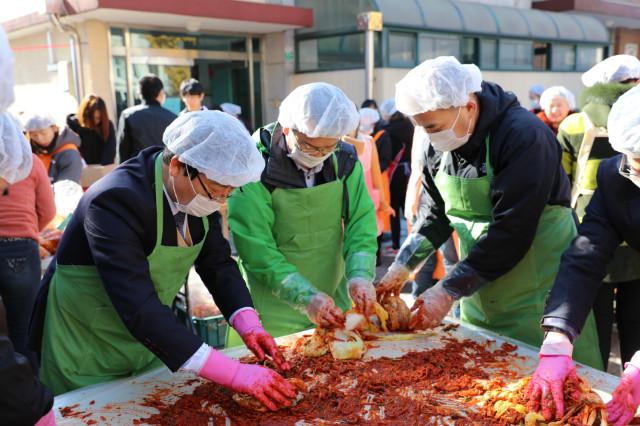 이주민사회통합지원센터 결혼이민자가족 김장담그기 사진.JPG