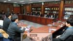 1.지난 14일 군청 제1회의실에서 신규 공무원과의 대화가 열려 황선봉 군수와 신규직원들이 허심탄회한 대화를 나눴다.jpg